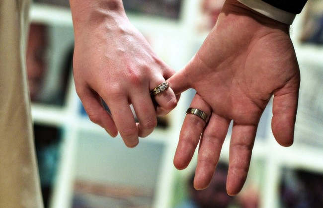 09-Wedding-rings-hands-650x419